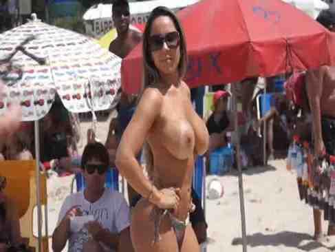 Mulher Melão Mostrando Os Seios Na Praia