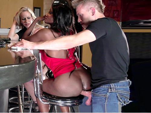 empinada na cadeira